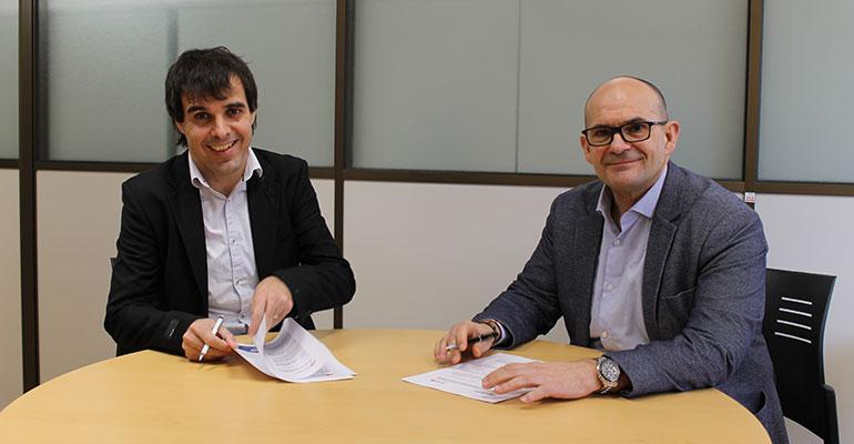 Ixaka Egurbide, director gerente de IMH, y Jose Perez Bedúd, director general de Fagor Automation, durante la firma de este acuerdo