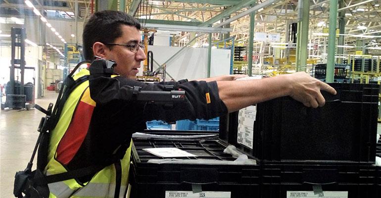DHL incorpora los primeros exoesqueletos en la fábrica Mercedes- Benz en Vitoria